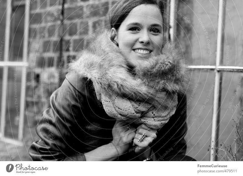 Autumnal Woman (I). Mensch Frau Jugendliche schön Junge Frau Erwachsene 18-30 Jahre kalt feminin lachen Stil Mode Luft Freizeit & Hobby Fassade Zufriedenheit