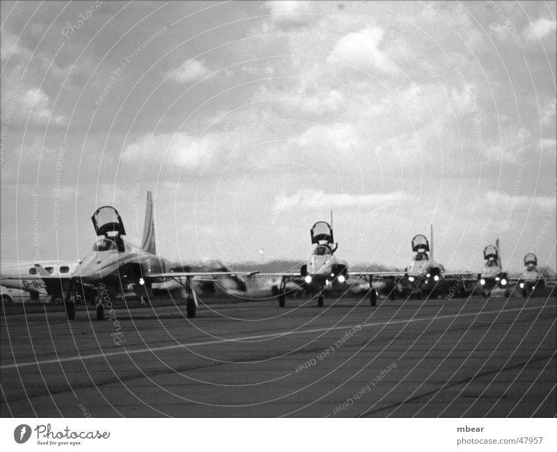 coming home Flugzeug Schweiz Flughafen Flugzeuglandung Militärflugzeuge Düsenflugzeug wiederkommen Rollfeld Düsenjäger F 5 Tiger