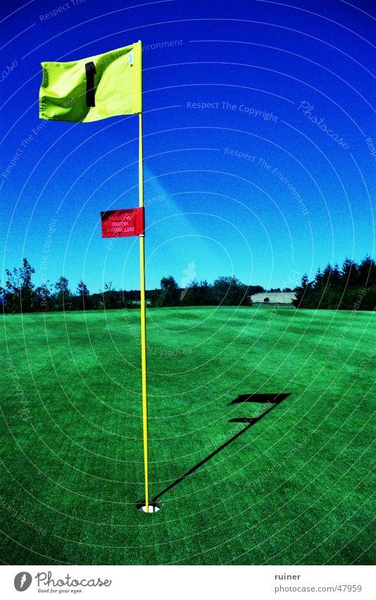 Eingelocht Fahne Cross Processing grün Himmel Sommer Golf Loch blau Rasen blue sky crossed hole flag Ziel goal Golfplatz