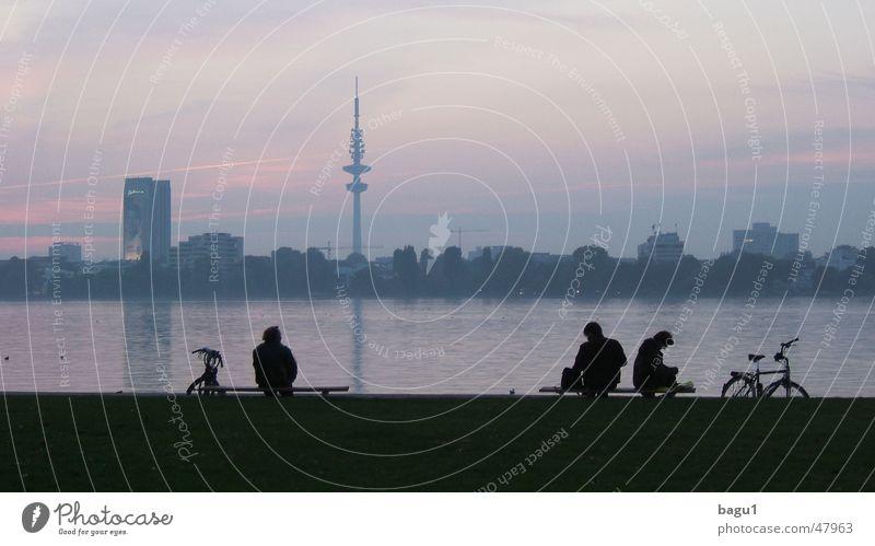 Hamburg zur blauen Stunde Alster See Dämmerung Pause Fahrrad Himmel Abend Silhouette Schatten Mensch Fernsehturm Fahrradfahren Hamburger Fernsehturm