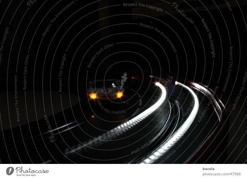Carrera bei Nacht Straße dunkel PKW Geschwindigkeit Verkehrswege Kurve Rennbahn Scheinwerfer Miniatur Leuchtspur Lichtstreifen Autorennen Beschleunigung