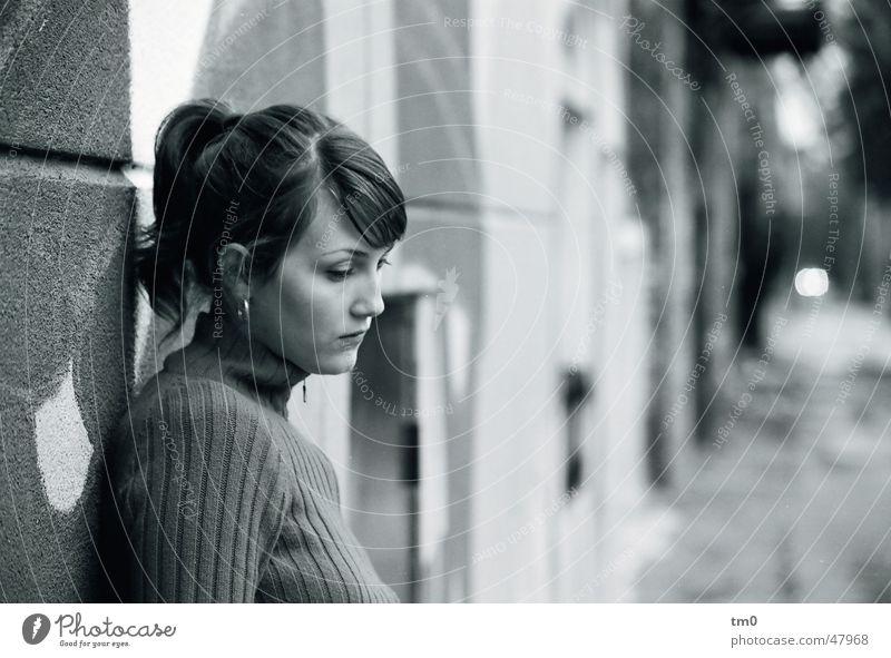 daydream Frau schön Straße Wand Traurigkeit Denken Trauer Sehnsucht 8