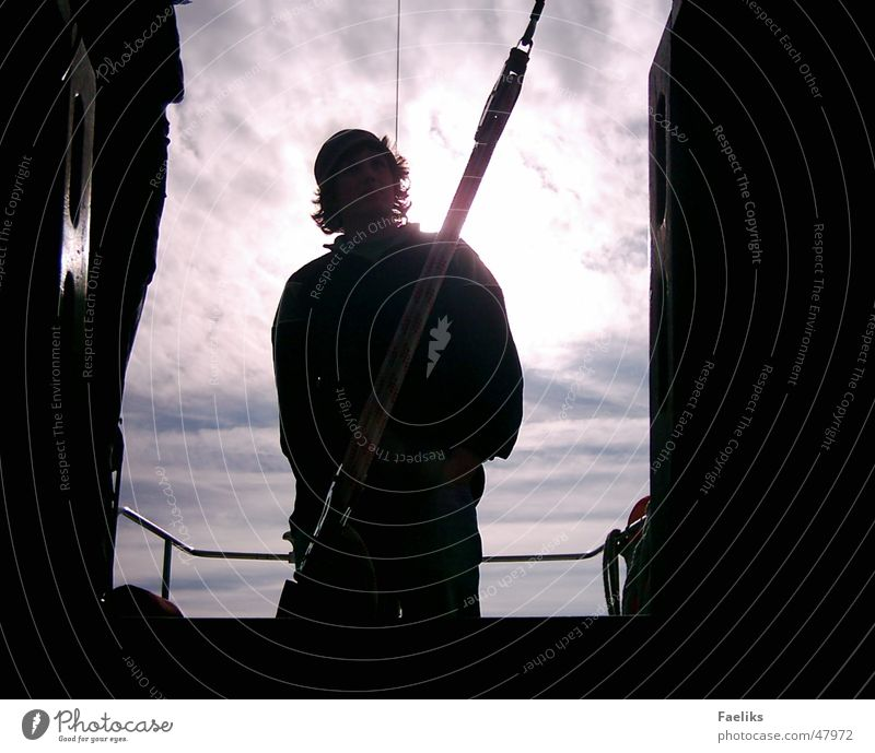 Blick in den Himmel Segeln Rücklicht Mann kalt Wasserfahrzeug Sonne Schatten