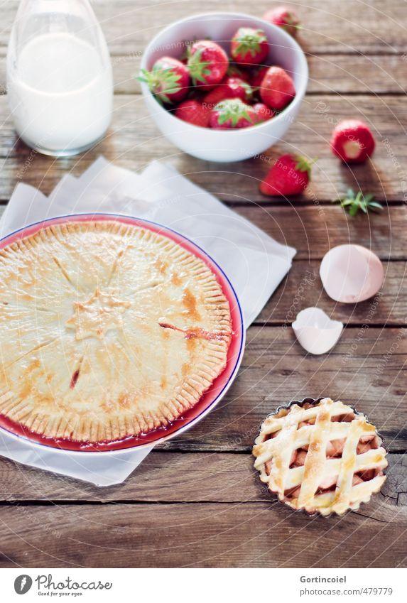 Strawberry Pie Lebensmittel Teigwaren Backwaren Süßwaren Ernährung lecker süß Kuchen Torte Eierschale Erdbeeren Milch Foodfotografie Holztisch selbstgemacht