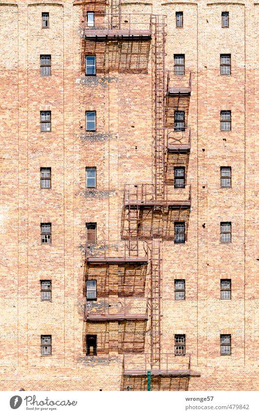 Fluchtweg für Schwindelfreie Stadt Haus Fenster Wand Mauer Gebäude braun Deutschland Treppe Tür Europa Backstein Stahl Leiter Eisen Industrieanlage