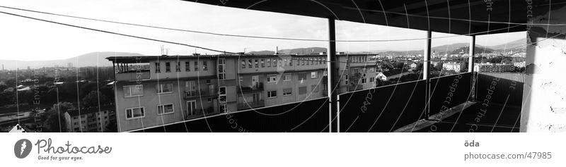 Bausündenpanorama alt Mauer groß Hochhaus Aussicht Balkon Geländer Panorama (Bildformat) hässlich Plattenbau Wäscheleine Graz