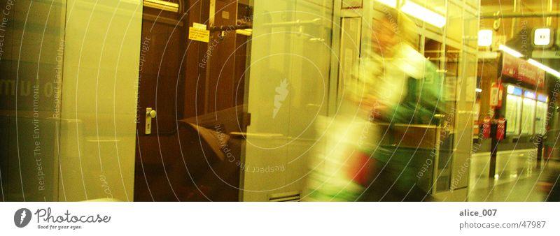 Untergrund in München U-Bahn Frau Eile Licht gehen Unschärfe Bewegungsunschärfe Lampe Kolumbusplatz Bayern laufen Eisenbahn Bahnhof Tür Glas Fensterscheibe