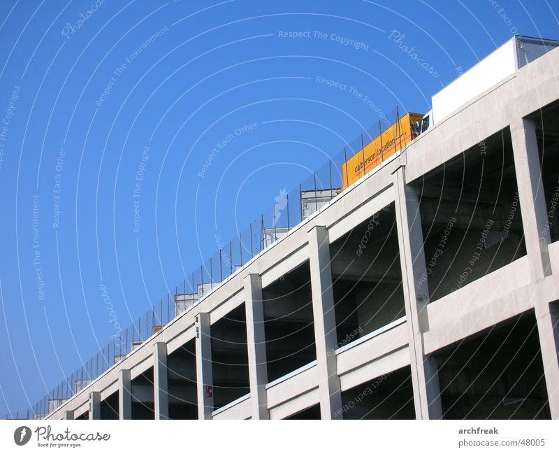 On top of it all Paris Parkhaus Lastwagen Himmel Beton Stadt Industriefotografie Zaun carpark sky architecture concrete fence Architektur