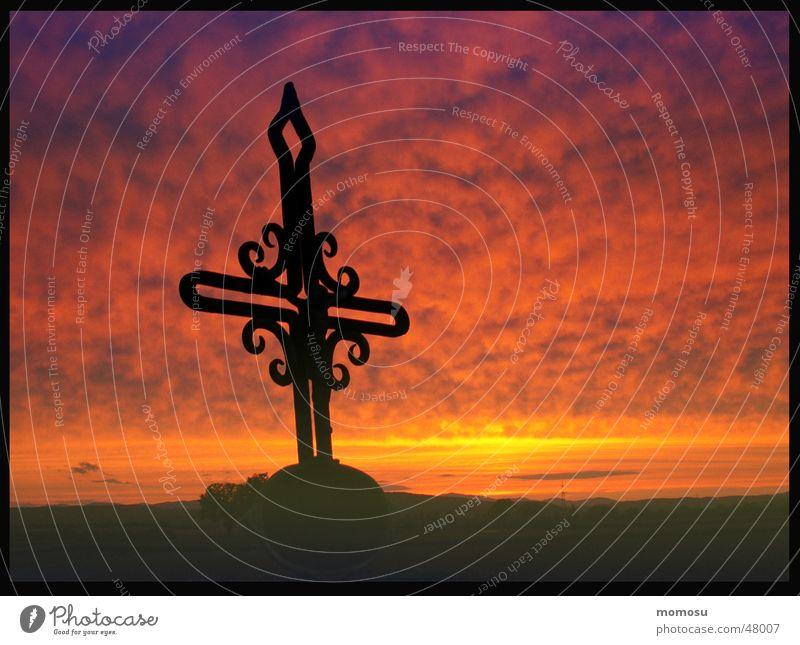 wenn die Sonne untergeht.... Feld Wolken Sonnenuntergang Religion & Glaube Rücken Himmel Abend