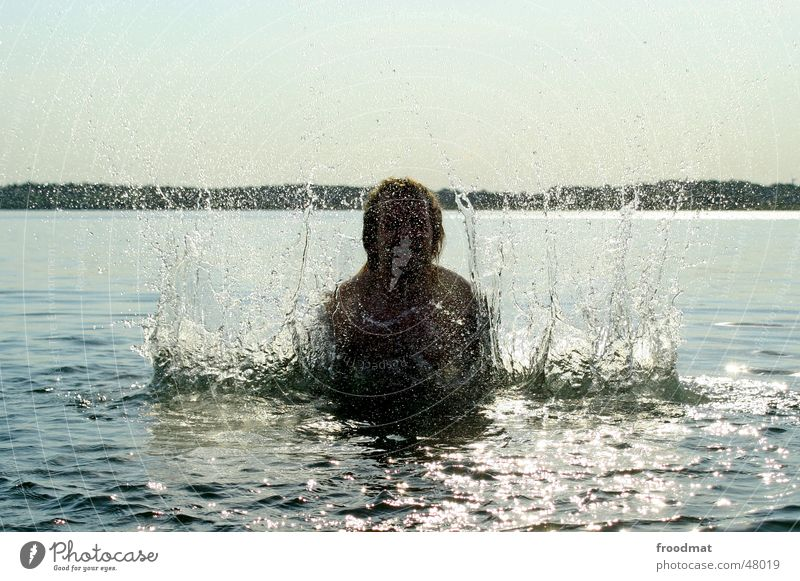 woosh! spritzen nass Sommer Gegenlicht Aktion durchdrehen Wasser Wassertropfen Sonne sun fun Freude water freeze Schwimmen & Baden