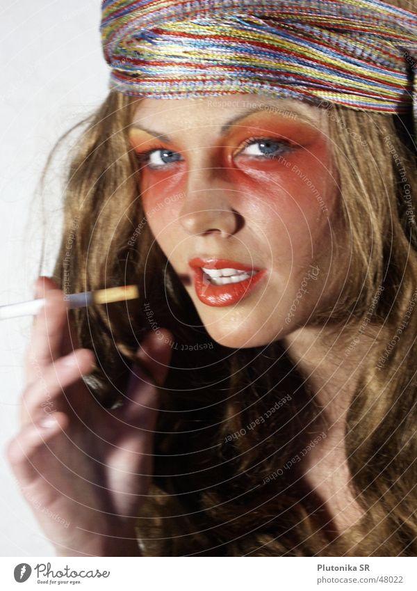 Glühende mit Glimstange rot gelb Haarband Schal Zigarette Hand Frau schick Lippen blau rote lippen Rauchen Locken Blick red blue shawl red hair curls cigarette