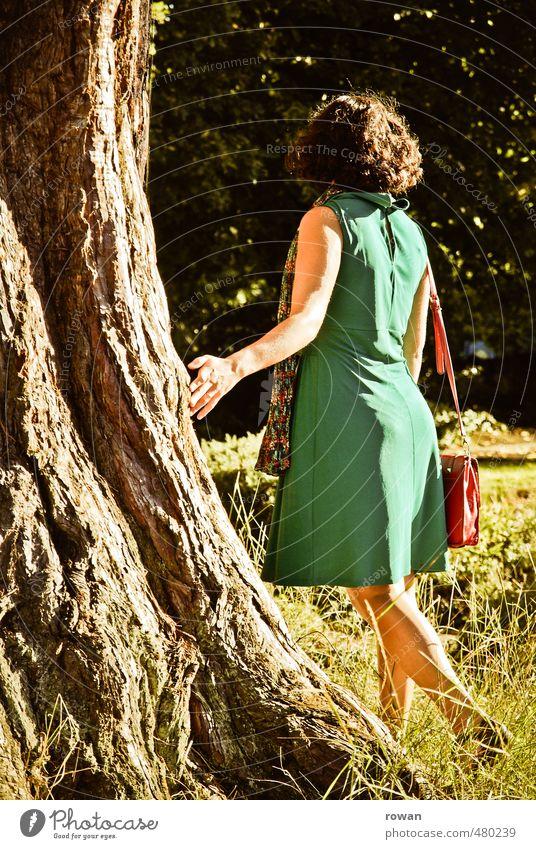 moment Mensch Frau Natur Jugendliche Baum ruhig Junge Frau Wald Erwachsene Wärme feminin Traurigkeit Garten Park Zufriedenheit Schönes Wetter