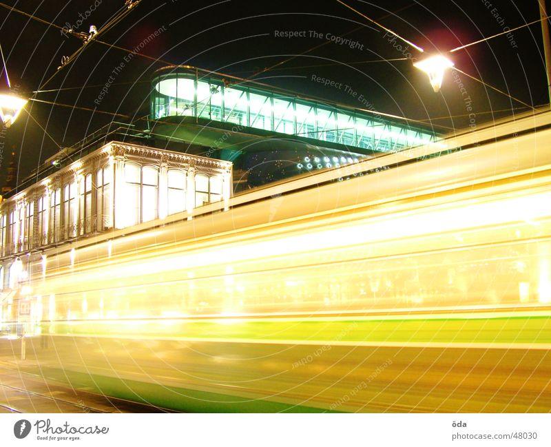 in motion Straßenbahn Langzeitbelichtung Licht Nacht Graz Lampe kunsthaus Bewegung