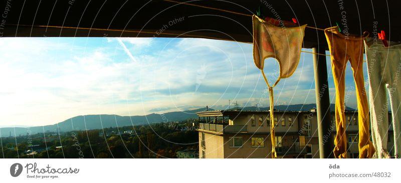Waschen mit Aussicht Wäsche trocknen Waschtag hängen Panorama (Aussicht) Hochhaus Balkon groß Panorama (Bildformat)