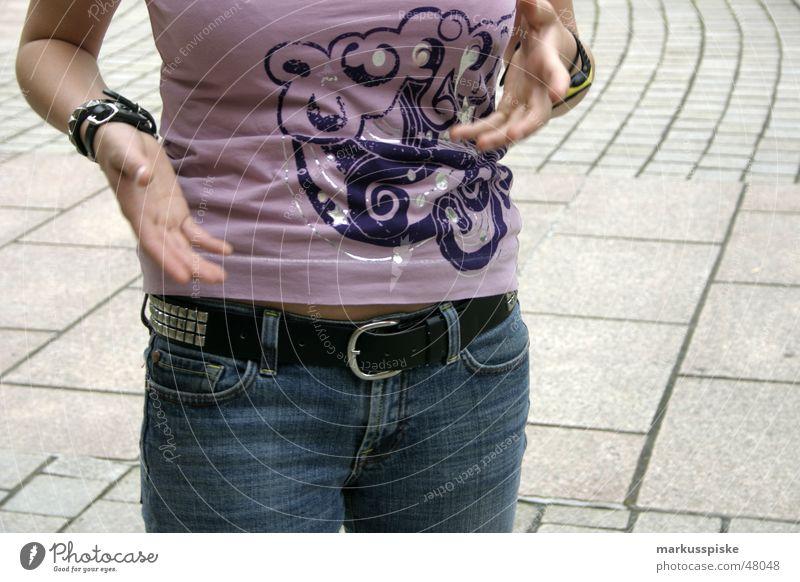 mit händen und füssen Frau Hand Stil Bewegung Stein Jeanshose T-Shirt Top Leder Pflastersteine Gürtel Niete erklären Streetwear