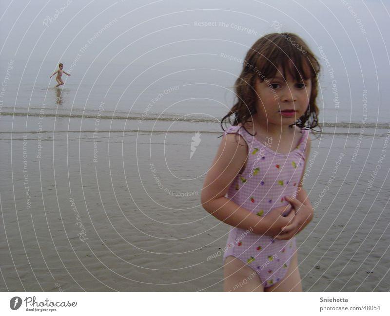 Freude im Hintergrund Kind Mädchen Meer Strand frieren hüpfen