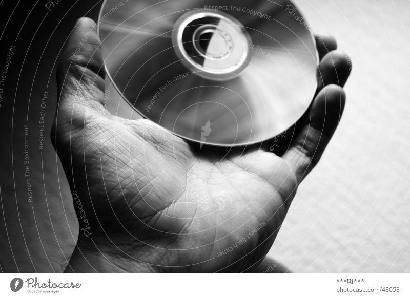 Datentransfer Compact Disc Hand Daumen Finger multimedial Medien Datenträger Reflexion & Spiegelung compact disc Schwarzweißfoto Schatten shadow