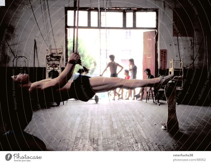 Artist in Shengdu china Mensch Kraft verrückt Seil Tor China Lagerhalle anstrengen Muskulatur Clown Holzfußboden Turnen horizontal Mangel Akrobatik