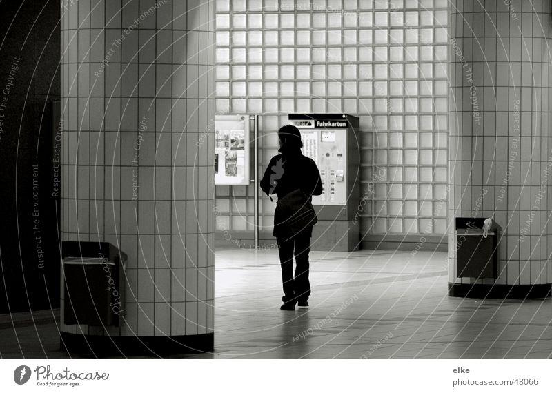 zum Ausgang Frau gehen U-Bahn Müllbehälter Fahrkartenautomat