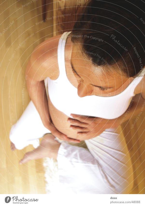 nachwuchs von oben weiß ruhig Erholung Holz Stimmung Baby Mutter schwanger Bauch Yoga Parkett Familie & Verwandtschaft Nachkommen