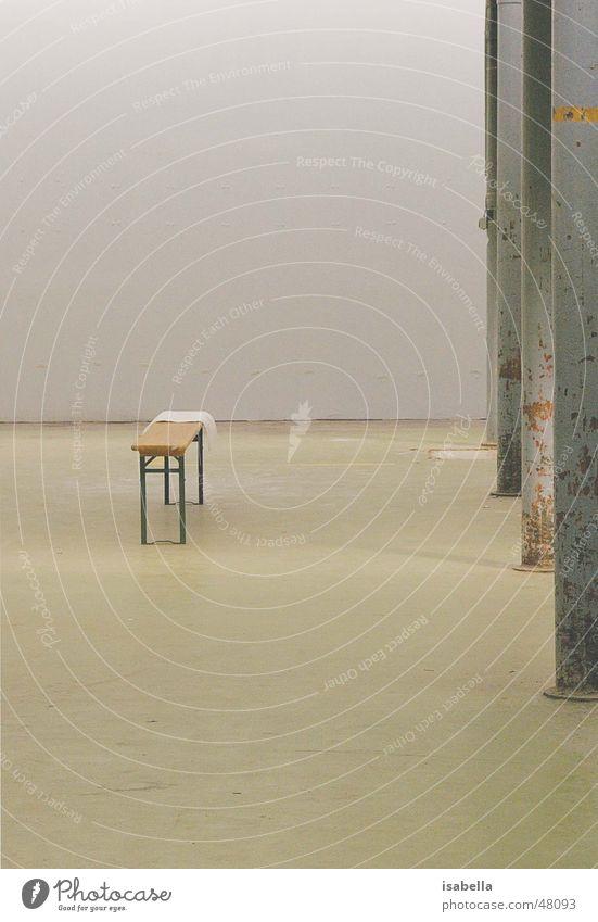 Bank Einsamkeit sitzen Fabrik Lagerhalle Säule Ausstellung