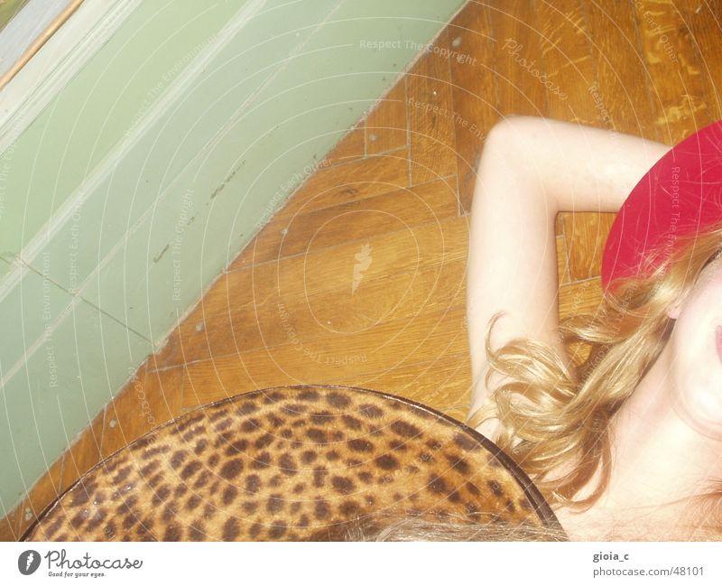 Das Leoparden Girl blond türkis Holz rot Muster Parkett Kopfbedeckung Bekleidung dumm hell-blau verrückt Accessoire Freude Club Hut Haut Locken