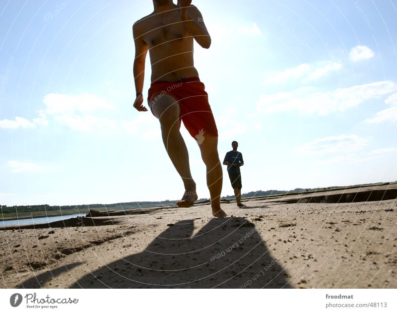 run run run Himmel Sonne Sommer Freude Bewegung Fuß Sand laufen verrückt rennen Dynamik Bergbau