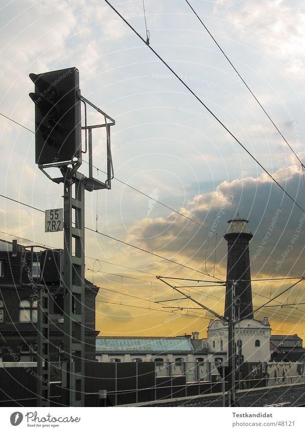 Leuchtturm Himmel gelb Wärme Eisenbahn Romantik Physik Gleise Leuchtturm Fernweh Oberleitung Abendsonne Signalanlage Bahnfahrerromantik