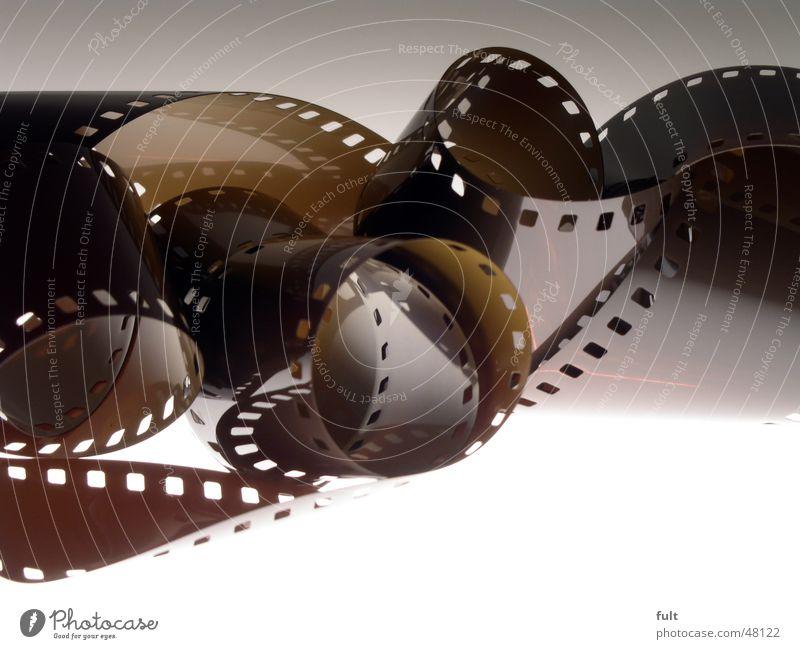 fotofilm Fotografie braun gerollt abgerollt Reflexion & Spiegelung Loch Filmmaterial Kunststoff Makroaufnahme Nahaufnahme gelocht