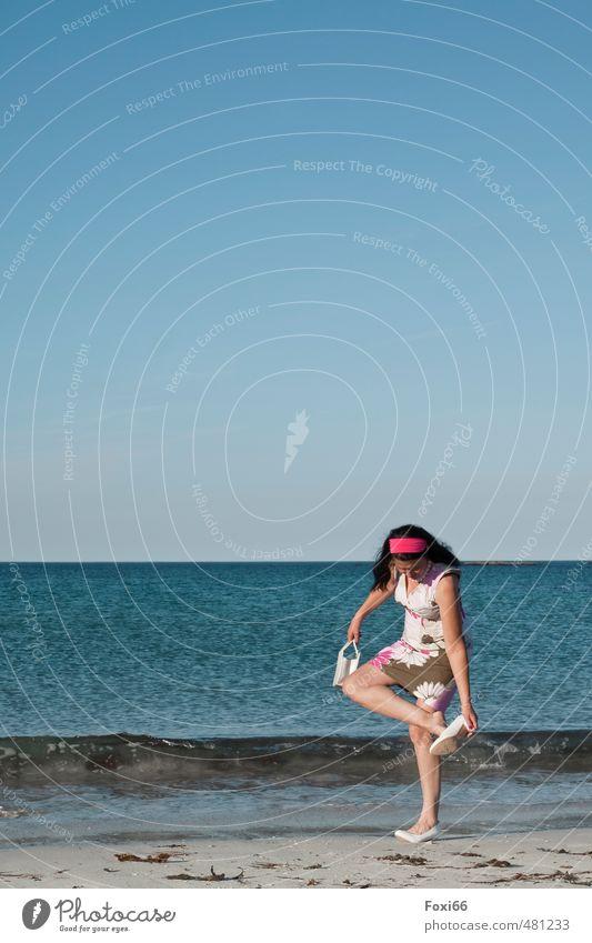 Spaßgesellschaft...Strandparty Mensch Frau Himmel blau weiß Sommer Sonne Meer rot Freude gelb Erwachsene feminin Küste lachen
