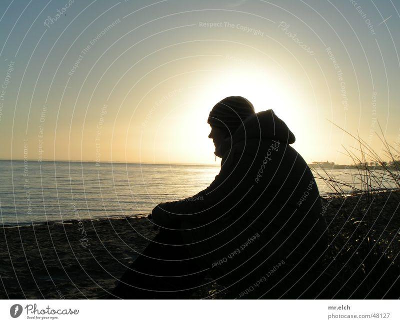Abend am Meer Sonnenuntergang Winter Gegenlicht See Horizont gleißend kalt schwarz Silhouette silouette Kontrast sitzen Einsamkeit Blick Ferne