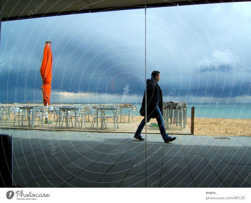 Barcelona 2005, der Himmel dunkel, der Schirm helle Wolken Meer Spanien Strand Sonnenschirm Café Sand