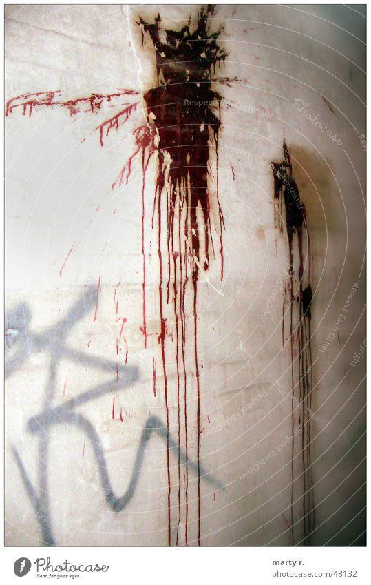 Trashy Wall Ketchup Wand Beton rot grau weiß Fleck blood dreckig grafitty Farbe