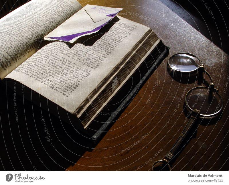 Lesezeit alt ruhig Buch Tisch Pause Brille lesen Schreibtisch historisch Stillleben Buchseite Anschnitt Bildausschnitt Literatur Objektfotografie Lesezeichen