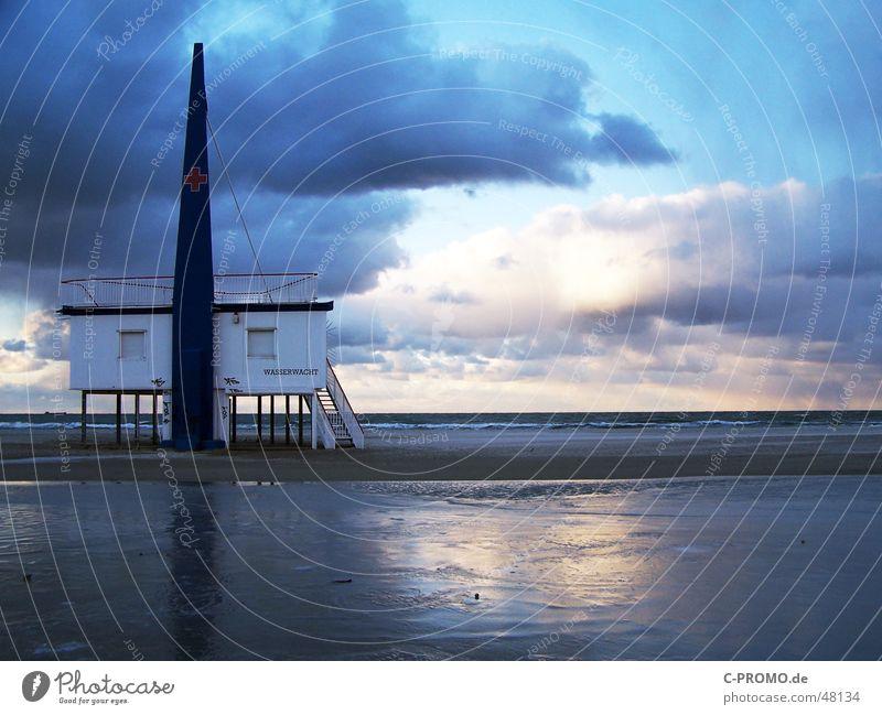 Wasserwacht Ostsee Warnemünde Lichtstimmung ruhig Wolken Erste Hilfe Sanitäter Strand Einsamkeit Pause Außenaufnahme Meer Himmel Frieden Feldaufnahme schön
