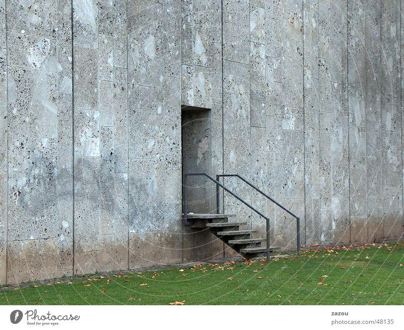 Ausgang ins Grüne! Beton Gras Eingang Mauer Stuttgart Einsamkeit Tür Treppe door Rasen Baustelle Traurigkeit