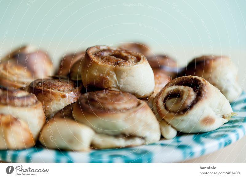 Zimtschnecken Teigwaren Backwaren Dessert Süßwaren Zucker Ernährung Teller lecker natürlich süß braun grün Liebe Vertrauen Zufriedenheit selbstgemacht Farbfoto
