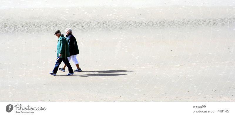 alone at last! Strand Zusammensein lang Meer Paar walking laufen Einsamkeit Schatten Sand paarweise