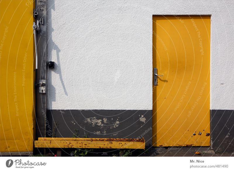 LieBlinGsfarbE Industrieanlage Fabrik Tor Gebäude Mauer Wand Fassade Tür gelb weiß geschlossen Stahlträger Handel Gewerbe Griff Eingang Ausgang Notausgang