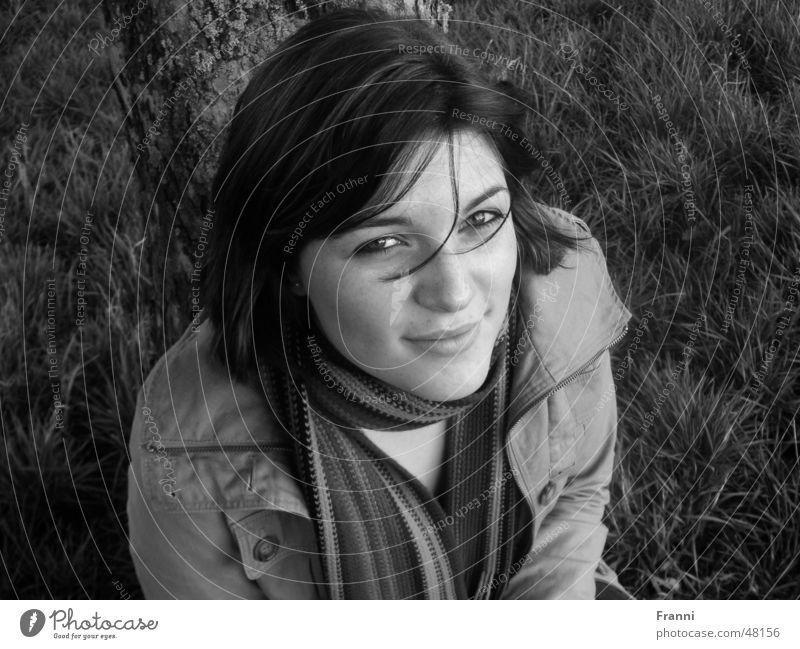 Naturschön Frau Baum Gras Wiese Baumstamm Porträt Charakter