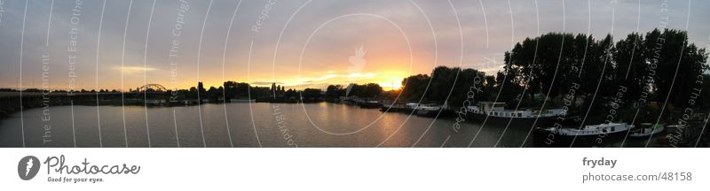 Sonniger See Panorama (Aussicht) Weitwinkel Sonnenuntergang Wasserfahrzeug Gegenlicht feuerrot erleutet Himmel Fluss horizontleuchten groß Panorama (Bildformat)