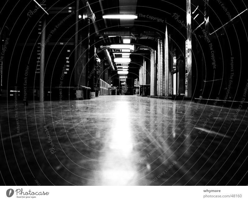 A K I schwarz weiß Tanzfläche Flur Parkett Studium Kunst Niederlande tief lang Lampe Leuchtstoffröhre Reflexion & Spiegelung Raum b/w s/w light / shadow