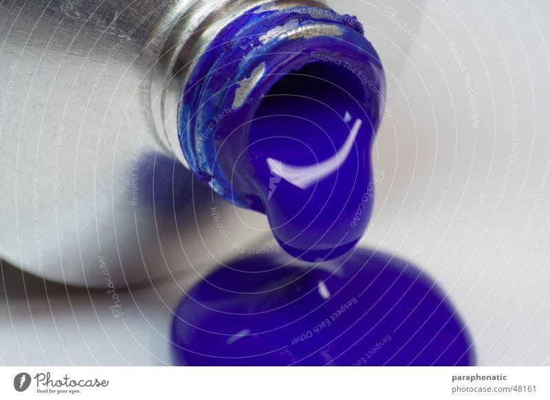 Blauer Tropfen Flüssigkeit auslaufen Malutensilien groß Makroaufnahme London Underground Metall Flasche farbtube Farbe blau Wassertropfen Acryl zeichnen