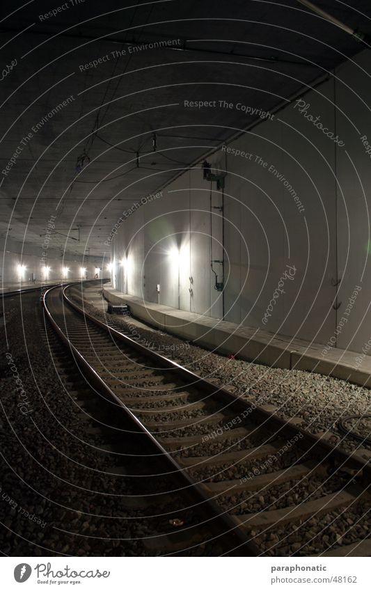 Tunnelgleise kalt Stil Bewegung Wege & Pfade Beleuchtung Eisenbahn fahren lang Gleise Tunnel U-Bahn Straßenbahn S-Bahn unterirdisch