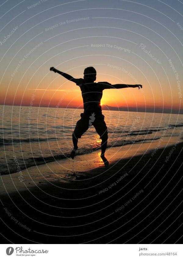 jump Himmel Jugendliche Wasser Ferien & Urlaub & Reisen Sommer Meer Freude Strand Freiheit springen Glück Horizont Wellen frei Fröhlichkeit Freundlichkeit