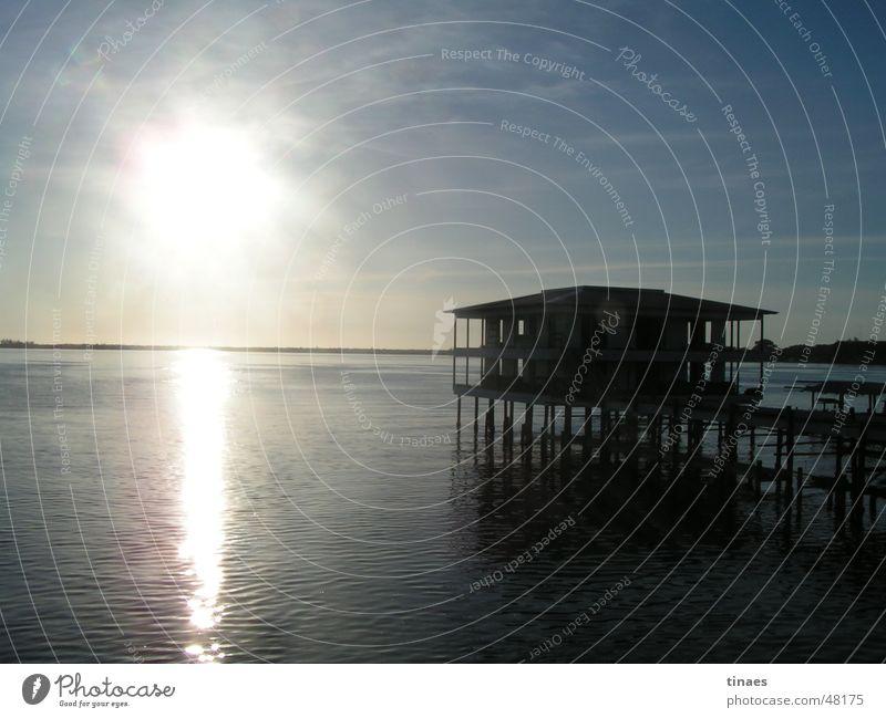 Bay of Utila town Himmel Gegenlicht Meer Honduras Haus Reflexion & Spiegelung Nachmittag Sonne sun sky sea Wasser water Hütte Pfosten afternoon Insel Kuba
