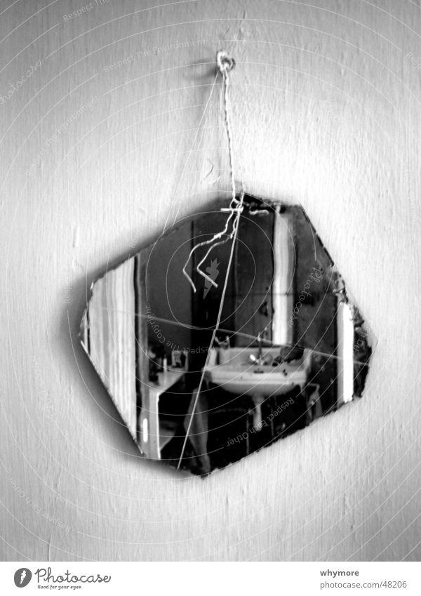 in unschuld waschen Wasser weiß schwarz Spiegel hängen falsch Draht Wasserhahn entgegengesetzt