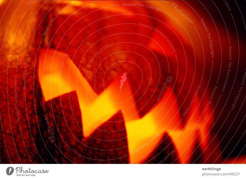 Hallo Ween! 2 Halloween Kerze Schrecken dunkel ausgeschnitten hohl Zickzack Öffnung Bewegungsunschärfe Querformat Licht Nahaufnahme analog gruselig Kürbis