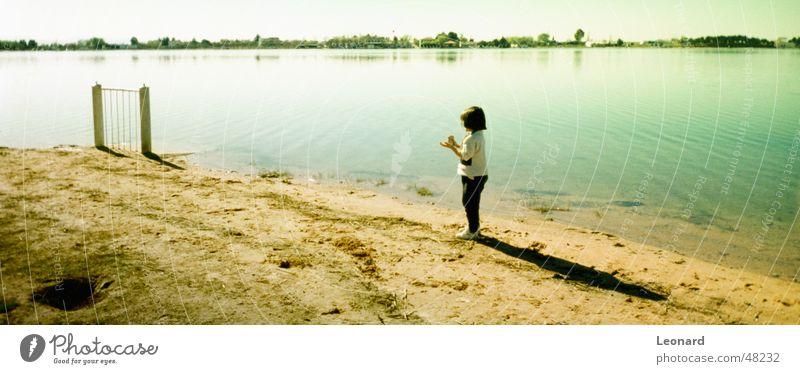 Kind am See Mädchen Pferch Panorama (Aussicht) Himmel Wasser Schatten child lake shade groß Panorama (Bildformat)