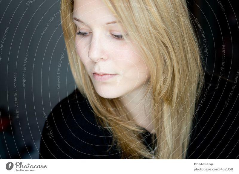 Wen du an diesen einen denkst. Mensch Frau Jugendliche Junge Frau schwarz Gesicht Erwachsene Auge feminin Haare & Frisuren Kopf natürlich hell blond elegant